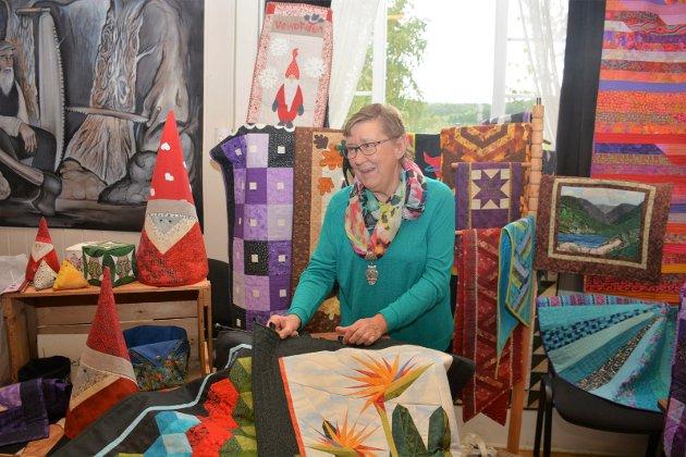 Anne Karin Kolloen har drevet med lappeteknikk flere år og viste frem noe av arbeidet hun har gjort.