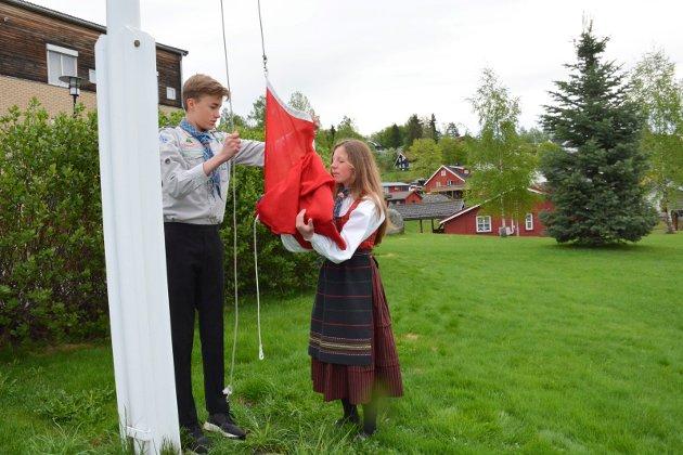 Sindre Sande og Mia Albertsen heiste flagget på Brøttum.