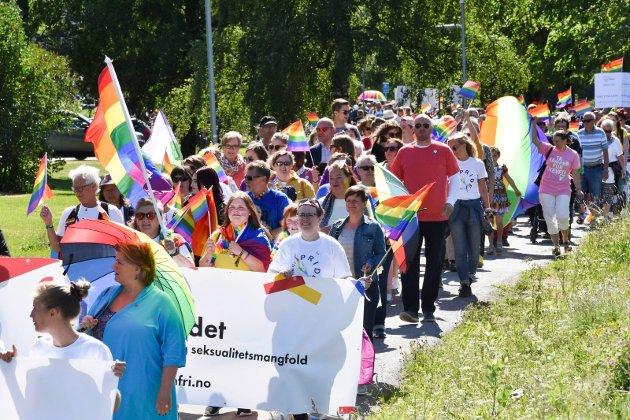 PRIDE: Etter samling ved kommunehuset på Myra i Brumunddal, gikk Pride-paraden nedover mot Brumunddal sentrum.