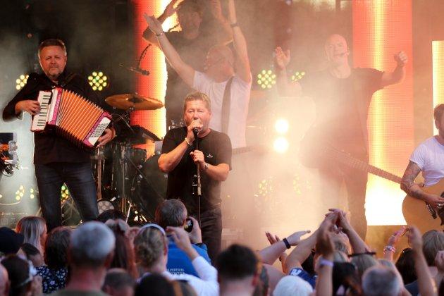 Stemningen var på topp da DDE gjestet Prøysenhuset i forbindelse med Sommer i Prøysen fredag kveld.