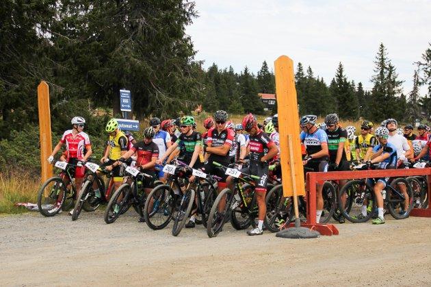 Voksenrittet startet 11.15 på parkeringsplassen ved Sjusjøen Langrennsarena. Det var 265 påmeldte syklister i rittet.