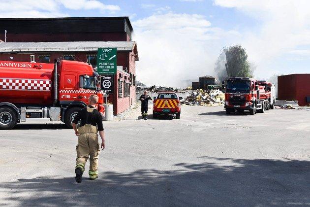 Brannvesenet var fortsatt på plass lørdag ettermiddag.  Vi kommer nok til å drive på i mange timer til, men vi har sendt tilbake noe personell, sier en brannmann.