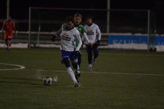 Christoffer Heier Solbakken med ballen i treningskampen mot HamKam.