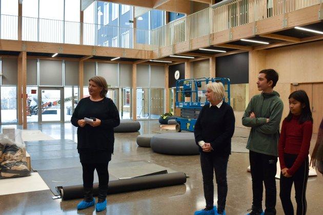 OMVISNING: Ordfører Anita Ihle Steen og kommunalsjef Anne Kari Thorsrud viste fram skolen sammen med elevrådsleder Einar Nordhagen og nestleder Pimpakan Leesrikum.