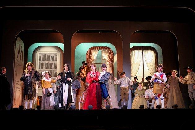 Handlingssammendrag: Grev Almaviva er forelsket i Rosina, som holdes innelåst av sin verge, doktor Bartolo. Han vil selv gifte seg med henne og forsøker å forhindre at yngre beilere kommer og snapper henne. Greven kommer til Bartolos hus forkledd som studenten Lindoro, for å erklære sin kjærlighet til Rosina. Byens barber og altmuligmann, Figaro, entrer scenen. Han og greven kjenner hverandre, og Figaro tilbyr seg å hjelpe greven i hans forsett om å oppnå Rosinas gunst og bli gift med henne.