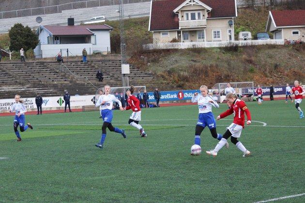 Kjempet: To lokale lag var i aksjon på Sveum lørdag. Det var begge Brumunddal J15 sine lag. Her fra kampen mellom Brumunddal 1 og Gjøvik-Lyn.