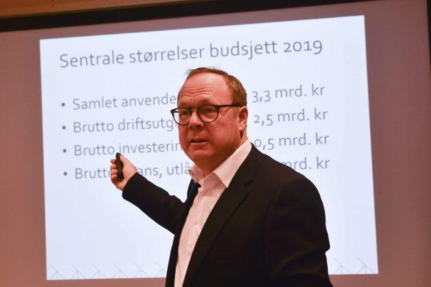 BUDSJETT: Det var forholdsvis lyse signaler å høre da rådmann Jørn Strand la fram sitt budsjettforslag for ett år siden. Kommende fredag blir nok ikke bildet tegnet like lyst.