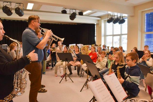 """Magne Otervik lærer elevene rock gjennom prosjektet """"Spill i skolen"""". Sju barneskoler i Ringsaker har hatt elever på dette prosjektet."""