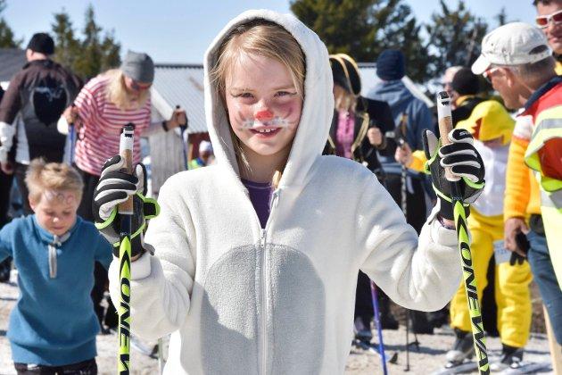 HARE: Maja Aasen (7) fra Veldre hadde kledd seg ut som en hare. De fem beste kostymene under påskeskirennet på Ljøsheim blir premiert.