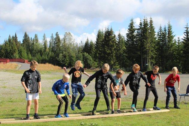 Prestisje: Sommerskiskolen har en egen utgave av Mesternes mester. Det er stor prestisje blant ungene i konkurransen og de er gjennom en rekke øvelser før et vinnerlag og en individuell vinner kåres fredag. På bildet ser vi ett av lagene i en øvelse som tester reaksjonsevne.