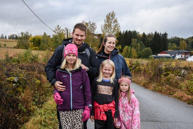 Dette er den andre gangen Vegar Berntsen, Silje Evensen, Martine Berntsen og Isabelle Evensen deltar på Prøysenmarsjen, mens det er tredje gangen Jenny Elisabeth Berntsen er med.