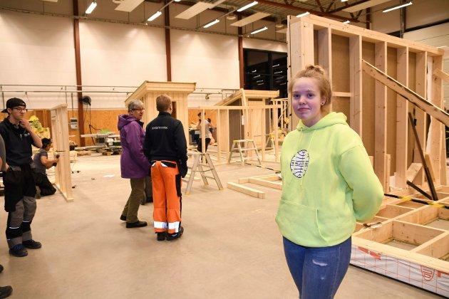 Har allerede bestemt seg: Hedda Kolden fra Veldre var torsdag kveld en av mange besøkende på åpen skole i Brumunddal. 15-åringen syntes det var mye interessant, men hun har allerde bestemt seg for å søke på teknikk og industriell produksjon (TIP.