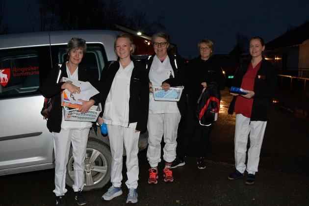 Klare: Klare for dagens rute i hjemmesykepleien på Nes. Fra venstre: Ingunn Johanne Friis, Kristin Skaug Baldishol, Kristin Skaug, Britt Rosenlund og Lisa Larsson.