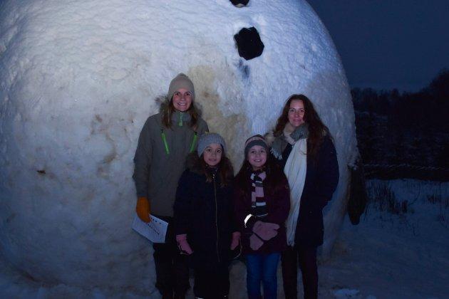 HELT EKTE: Liv Ingrid Kleven, Nicoline Kleven Brekke, Emily Gunelia Larsen og Linn Marie Larsen ble positivt overrasket over at snømannen var laget av ekte snø.