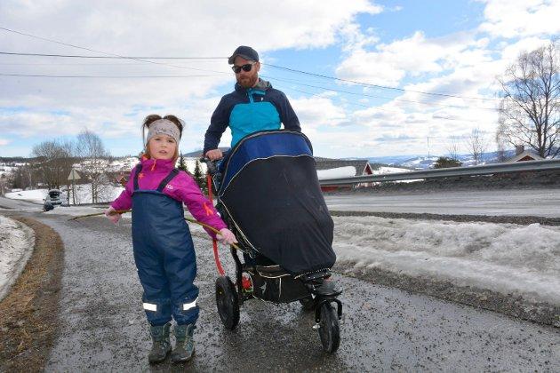 Mye ute: Emma (4) synes det er fint å ha far Stian Bruket hjemme når barnehagen er stengt. Han har i tillegg pappaperm for Amund i vogna. - I går stekte vi brødskiver på bål, kan Emma fortelle.
