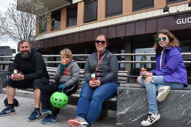 SYKKELTUR: Håvard, Hågen, Elisabeth og Sina Fjellstad hadde syklet ned til sentrum og tok seg en is i vårværet.