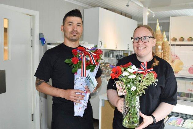 FIKK BLOMSTER: Orhan Yaylacic (35) (t.v.) og Tone Bekkelund (32) viser fram noen av blomstene fornøyde kunder kom med fredag formiddag. Både Yaylacic og Bekkelund har tidligere jobbet på kafeen, og er storfornøyd med at det er liv i lokalene igjen og for at de får være med på den videre reisen: – Vi er veldig glade for det. Jeg er både veldig glad i og har troen på denne plassen, sier Bekkelund.