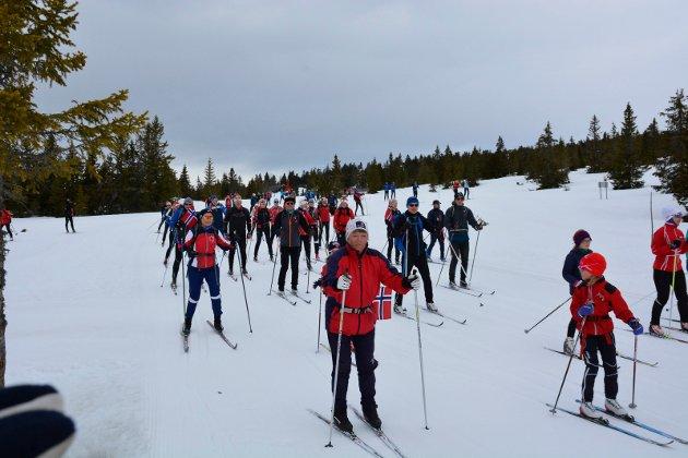 Masse folk: En rekke skiløpere fulgte etter løypamaskinene på veg ut i løypene og det flotte terrenget på Sjusjøen.