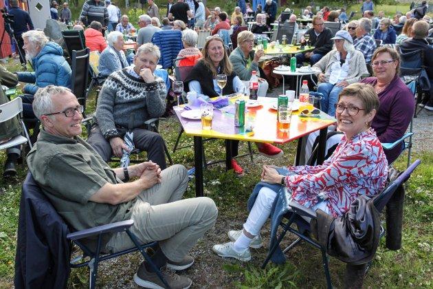 Kortreist publikum: Fra v. Bjørn Ottar Torp, Ole Jørgen Nordli, Anne Bakken, Inger Hagen og Bente Lindsetmo Torp tok beina fatt og rusla opp til Medlien gård for å få med seg Låvebrufestivalen.