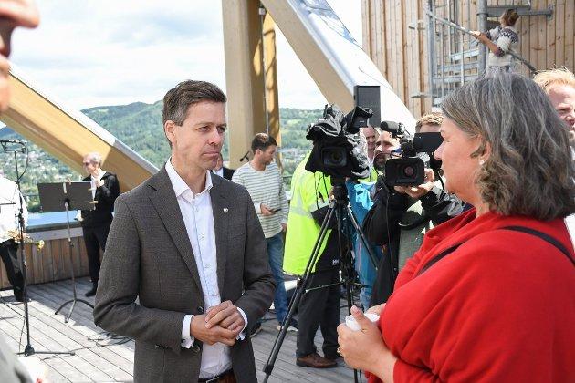 SAMFERDSELSMINISTER: Knut Arild Hareide (Krf). Her sammen med Ringsaker-ordfører Anita Ihle Steen (Ap) i Mjøstårnet.