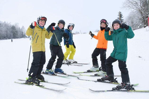 Endelig på ski igjen: Det var utelukkende blide ansikter å se i Tørudbakken søndag. Denne guttegjengen har i lang tid gledet seg til å spenne på seg skiene. Fra venstre: Casper Rønning (10), Jonas Skogstad Gaarder (10),  Daniel Pettersen (10), Hauke S. Sørum (10), Syver Johansen Haave (11).