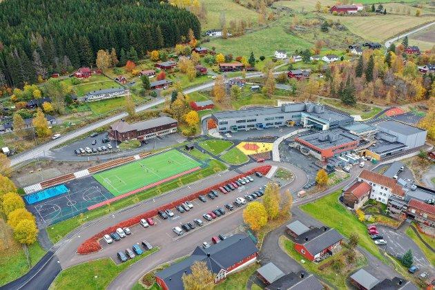 Flott: Slik ser det ut på Brøttum skole etter oppgraderingen. En rekke ulike elementer er bygget inn i det nye anlegget. Den nye ballbana er mest iøynefallende.