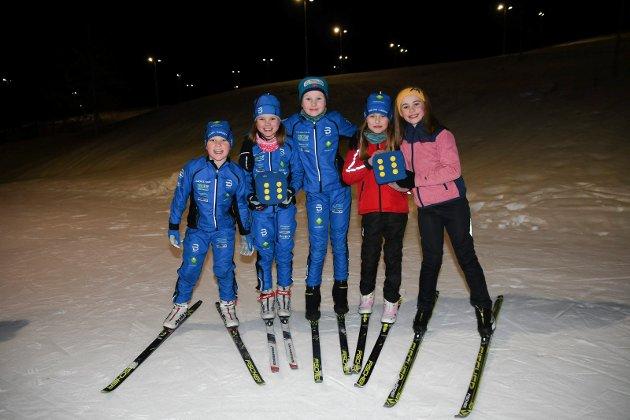 Gleder seg over flott anlegg: Moelven-Næroset Ski har rundt 100 aktive skiløpere og cirka 20 hoppere. Hver dag hele uka er det hektisk aktivitet i det nye anlegget. - Ski er skikkelig gøy, og vi stortrives i Amblisberget skianlegg, sier Arne Magnus Krogsveen (t.v.), Astrid Håvimb Schjerpen, Alva Aske Karlsson, Nora Marie Øveråsen og Martine Herberg.
