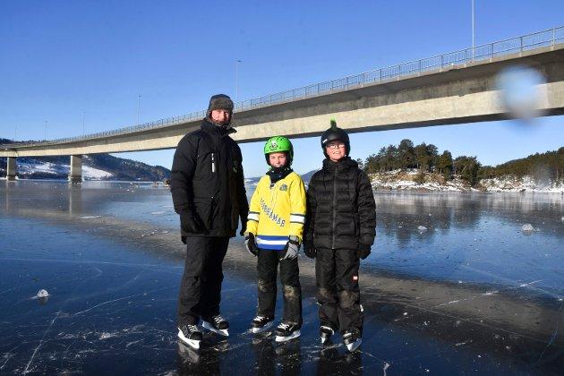 PÅ TUR: Denne trioen meldte om perfekte forhold for skøyter. Fra venstre: Rune Prestkværn og Sander Prestkværn fra Moelv og Aaron Meland fra Brumunddal. Mandag