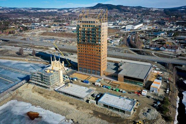 BYGGER: Så langt har byggingen rundt Mjøstårnet kommet. Bildet er tatt torsdag formiddag.