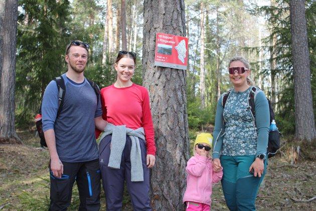 På topptur: Simen Løkken (t.v) og Renie Landgraff fra Moelv og Emma Qvigstad Lie og Marianne Qvigstad fra Nes synes det var en fin tur å gå i Gaupen. - Flott natur og mye blåveis, sier de. Her var de framme på posten.