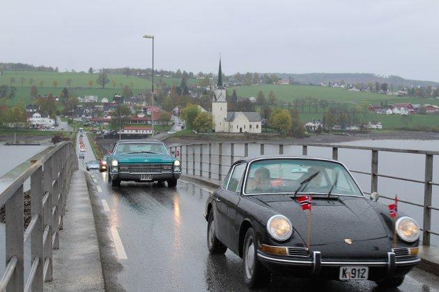 Veteranbiler: Kjøretøyparaden startet fra Stavsjø stadion og kjørte rundt Helgøya før den endte på Nes sykehjem.