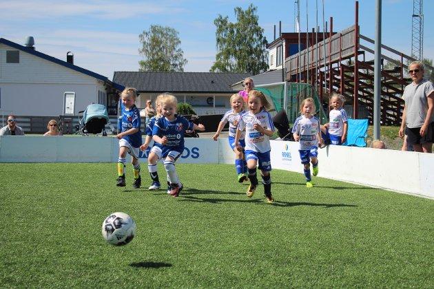 Full fart: Det var ingenting å utsette på innsatsen til 6-åringene som var i aksjon. Her møttes Moelven blå og Brumunddal 3 til kamp.