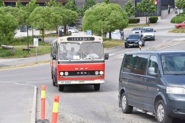 PROTESTKOLONNE: Det var mange forskjellige doninger i kolonnen. Denne veteranbussen, før et vanlig syn på Hedmarken, var ett av kjøretøyene som deltok. Ringsaker Blad fikk opplyst at det ble telt om lag 150 kjøretøy i kolonnen da den kjørte gjennom Brumunddal.