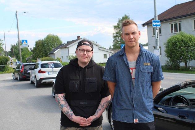 Avslutning: Daniel Sagmoen (t.v) fra Moelv og Sindre Grefsrud fra Lillehammer var gode venner av Nicolai. De synes det var fint å minnes kompisen på denne måten. - Det er en fin måte å få en slags avslutning, mener de.