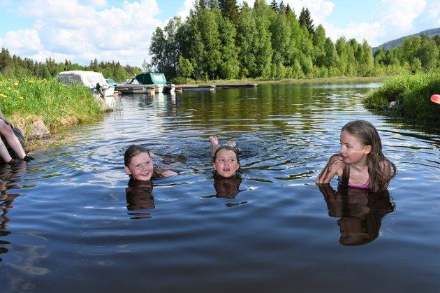 IKKE KALDT: Mie Emilia Borgedal Aamodt (t.h.), Emma Margrethe Jakobsen og Ragnhild Tolvstad (t.v.) syntes ikke vannet var kaldt og ville helst ikke opp igjen.