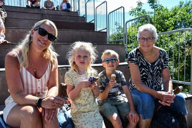 God stemning: Is smakte perfekt sammen med forestillingen som ble vist. Fra venstre: Birgitte Bjørnsdatter Bruget, Olivia Bruget-Morton, Simen Skjoll Bruget-Røed og Anne Wenche T. Bruget.