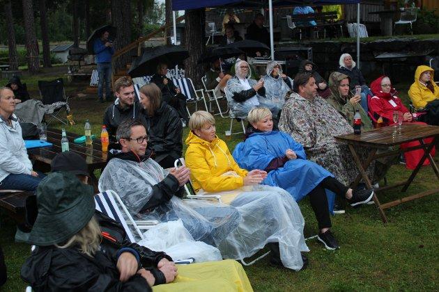 Møtte opp: Selv om det var meldt regnvær, var det noen som hadde kjøpt billetter til Knut Anders Sørums konsert. Publikum så ut til å ha det fint tross regnet.