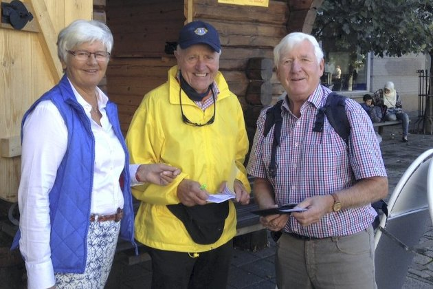Populært lotteri: Grete og Rolf Frisvold kjøper lodd av glad loddselger Freddie Westbyn. Leserfoto