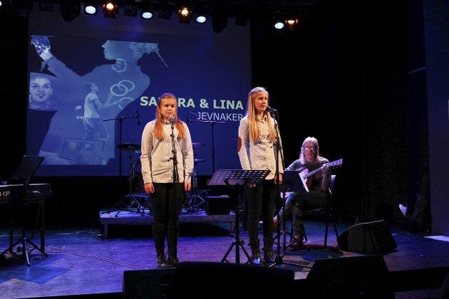 COVERLÅT: Lina Holm Haugen (13) og Sandra Stepanenko Nilsen (13) deltok med en låt av Shawn Mendes.