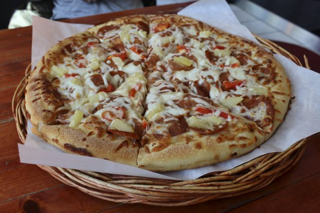 På Mastwar Fastwood får du servert en stor nok pizza til å mette flere mager, for en respektabel pris.