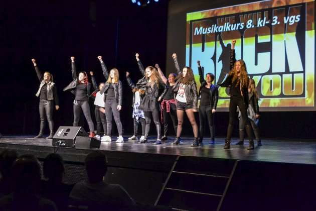 Queen: Jentene startet showet med et rockebrak «We Will Rock You».