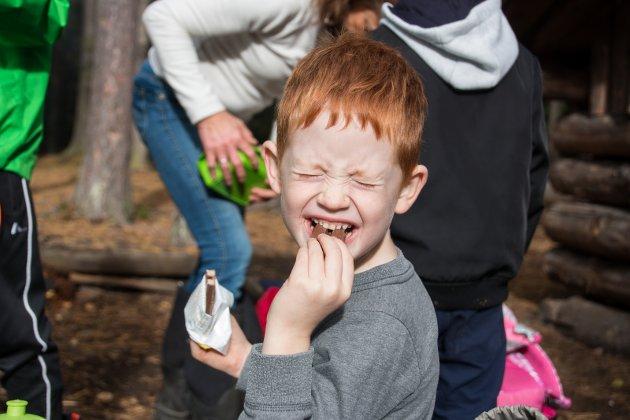 Sjokolade: Jacob koser seg med Kvikk lunsj.