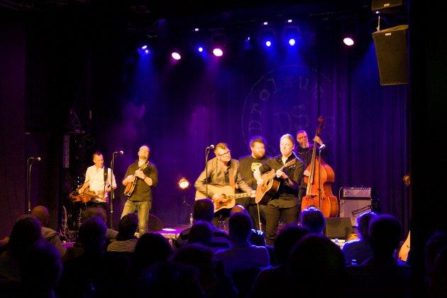 Åsmund Felberg Johnsen fikk vist frem gitarferdigheter fra scenen.