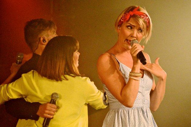 Alf Bretteville Jensen svinger Marte i dansen mens Henriette synger My boy lollypop.