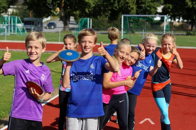 Tommel opp for friidrettsskole! Det gjør hvert fall denne gjengen, som storkoser seg.