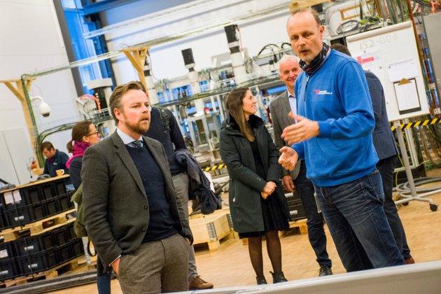 Næringsminister Torbjørn Røe Isaksen sammen med avdelingsleder Svein Steinsvik ved Tronrud Engineering.
