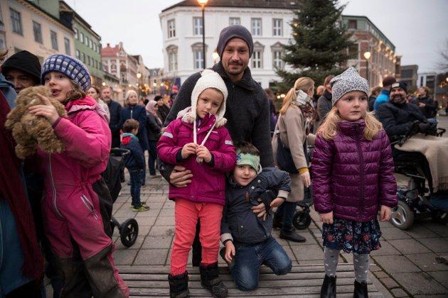 SNART JUL: Godt med benker å stå på når man er liten og Kulturakademiets sanger minner en på at det snart er jul.