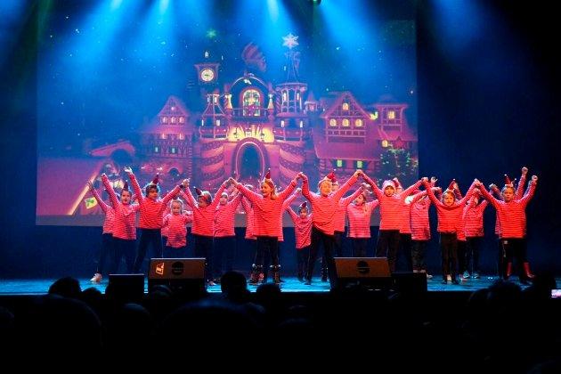 God jul! Over 500 elever på tre forestillinger ønsket god jul på Byscenen.