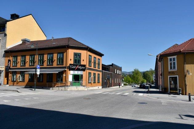 Storgata 12: her holder restauranten Salt & Pepper til. Den brune bygningsdelen langs Stangs gate rommer nattklubben Juvelen. På sørsiden av Stangs gate ser vi så vidt en del av Ringerike videregående skole, I Storgata 14 (den gule gården på høyre side av bildet) holder Ringerike karrieresenter til.