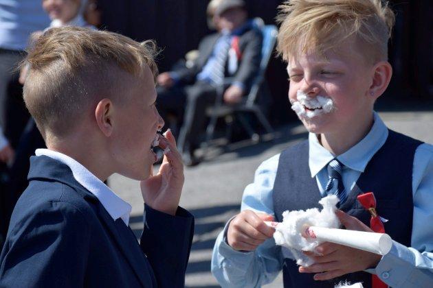 Aleksander Kristiansen (8) så ut som en sukkerspinn-nisse til slutt, og lo godt sammen med kompisen Kristian Antonsen (9). - Kjempegodt! synes de begge. Men det er ikke det beste med 17. mai-feiringen: – Det er å være med familien, synes Aleksander. – Og is, sier Kristian.